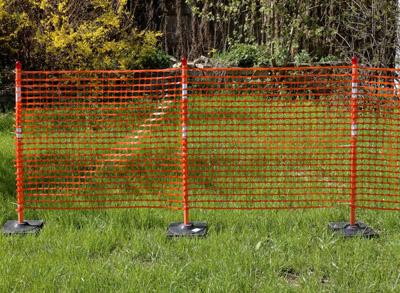 сигнальные вехи на подставке с сеткой